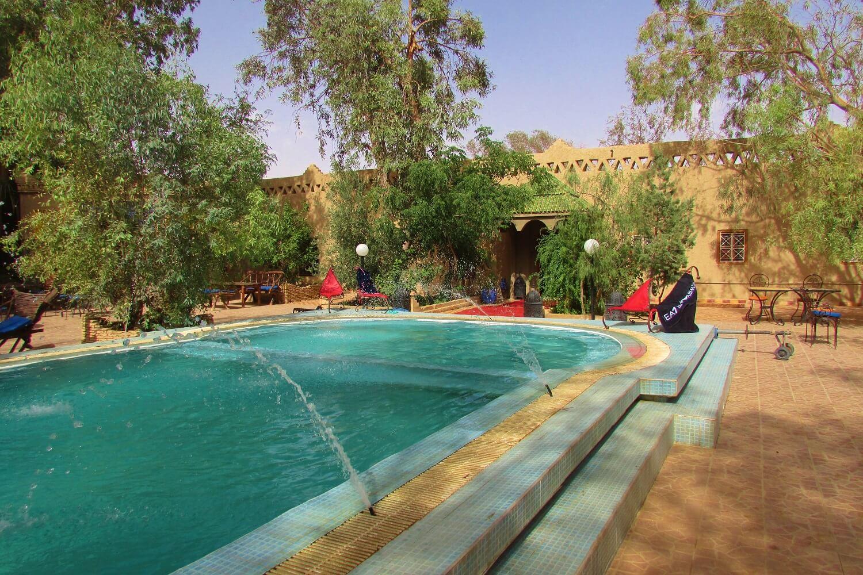 a piscina do hotel em merzouga