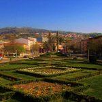 jardins no centro de guimarães e igreja da consolação