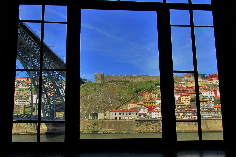 vista del puente luis I desde las bodegas de vino de porto