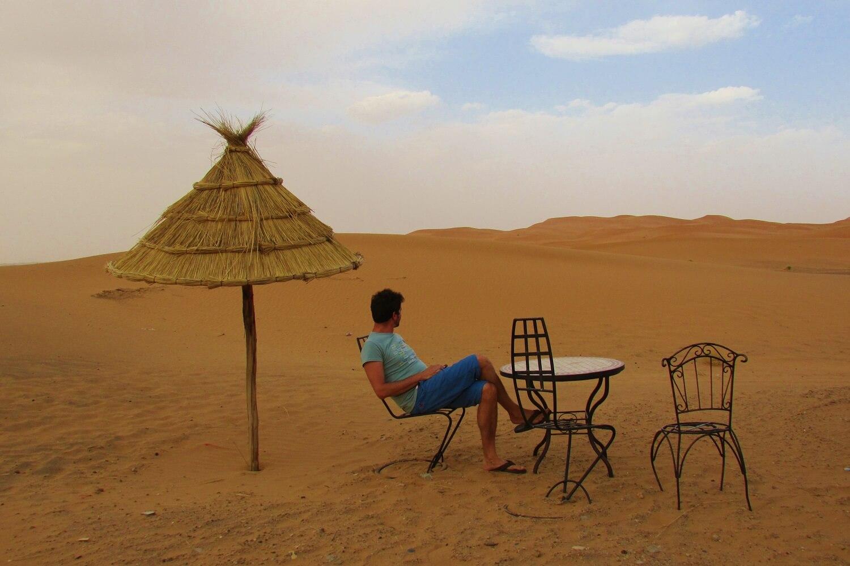 mesa e contemplação do deserto do Sahara