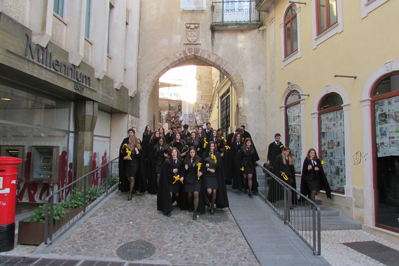 estudantes em coimbra nos trajes tradicionais