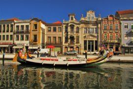edifícios em art nouveau e os tradicionais barcos moliceiros