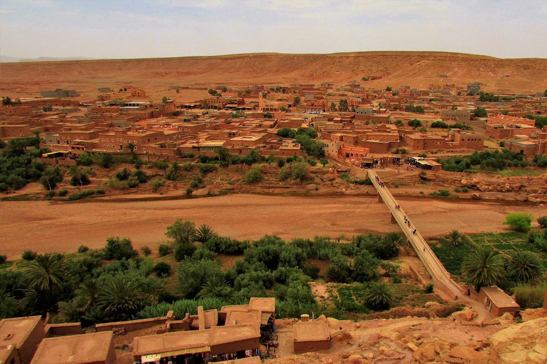 vista do topo do kasbah ait ben haddou sobre a vila
