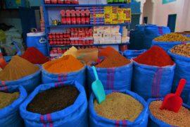 sacos de especiarias na medina de chefchaouen
