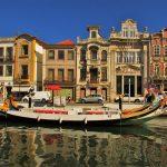 edifícios em Art Nouveau no centro de Aveiro e os tradicionais barcos moliceiros