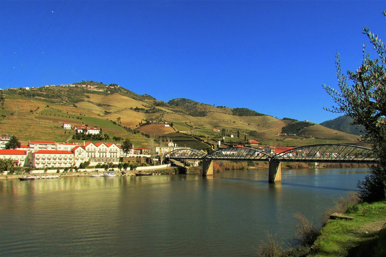 Pinhao - ponte de ferro sobre o rio douro