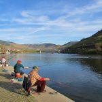 pescadores no cais da Vila do Pinhão